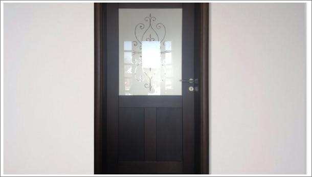 Raskošna drvena sobna vrata, u gornjm delu peskareno ornamentno staklo, u donjem delu drveni panel