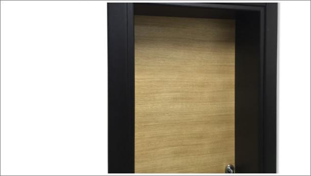 Drvena sobna vrata, detalj, svetla vrata i tamni štok, stolarija Gradac Ivanjica