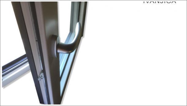 Drvo aluminijum prozor, detalj sa unutrašnje strane, spolja metalik sivi aluminijum, iznutra lamelirano drvo obojeno u belu boju, stolarija Gradac Ivanjica.
