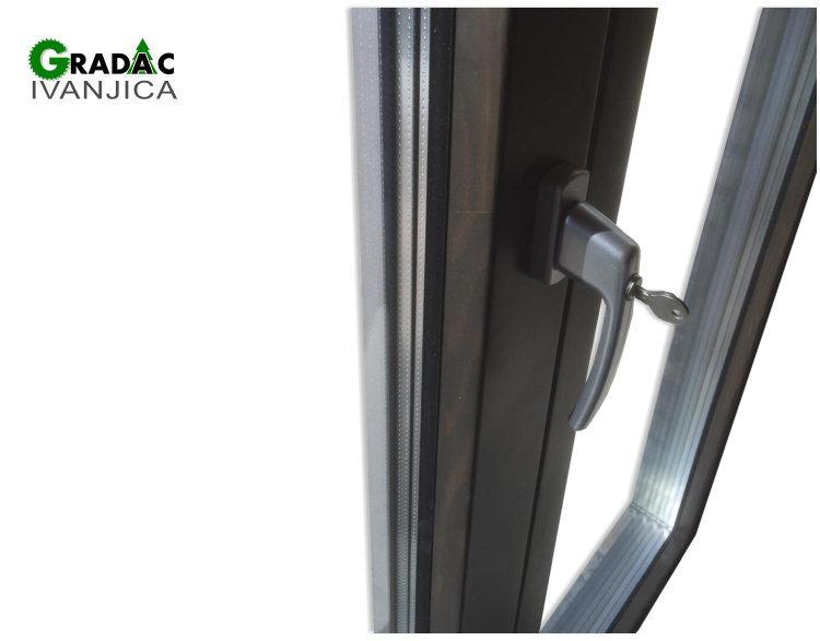 Drvo aluminijum prozor, detalj sa unutrašnje strane, mehanizam prozora se može zaključati, spolja metalik sivi aluminijum, iznutra lamelirano drvo obojeno u braon boju, stolarija Gradac Ivanjica.
