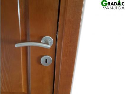 Drvena sobna vrata, detalj, kvaka za vrata, stolarija Gradac Ivanjica
