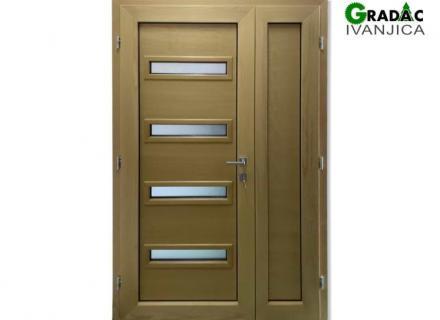 Drvo aluminijum dvokrilna ulazna vrata sa 4 vodoravna staklena polja, spolja metalik sivi aluminijum, iznutra lamelirano drvo obojano u zlatno žutu boju, stolarija Gradac Ivanjica.